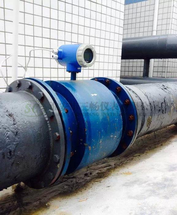 大口径电磁流量计在钢铁厂管道安装.jpg